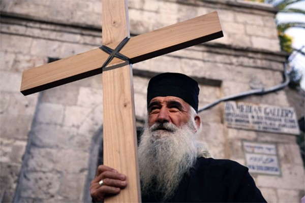 palestinian-christian-with-a-cross-600x400